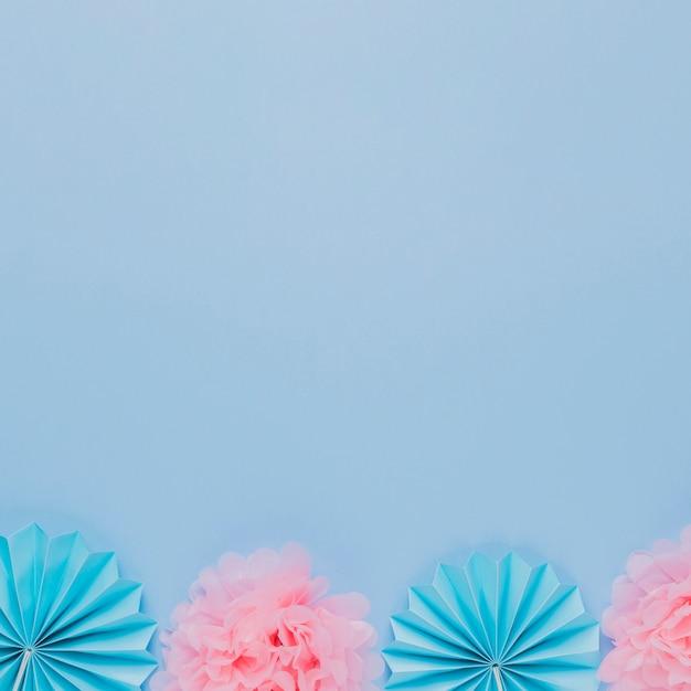 Flor de papel artístico azul e rosa sobre fundo azul Foto gratuita