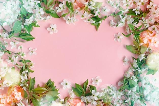 Flor de primavera. flores de cerejeira planas sobre fundo pastel. cartão com flores brancas, bokeh, copie o espaço Foto Premium