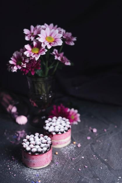 Flor de vaso com bolo de queijo de groselha com pó de açúcar Foto gratuita
