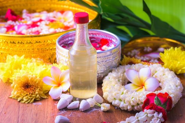 Flor em tigelas de água e cano na folha de bananeira para festival songkran ou ano novo tailandês Foto Premium