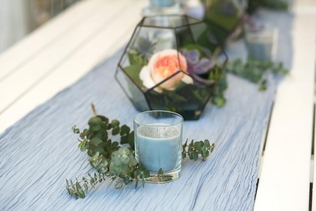 Florarium com suculentas e rosas frescas decoração de mesa festiva Foto Premium