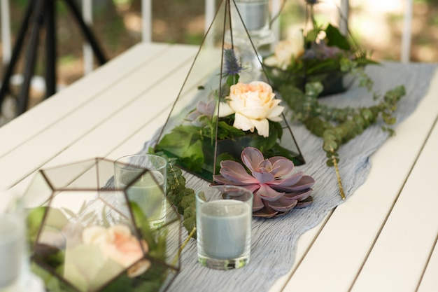 Florarium com suculentas frescas e rosa decoração de mesa festiva. Foto Premium