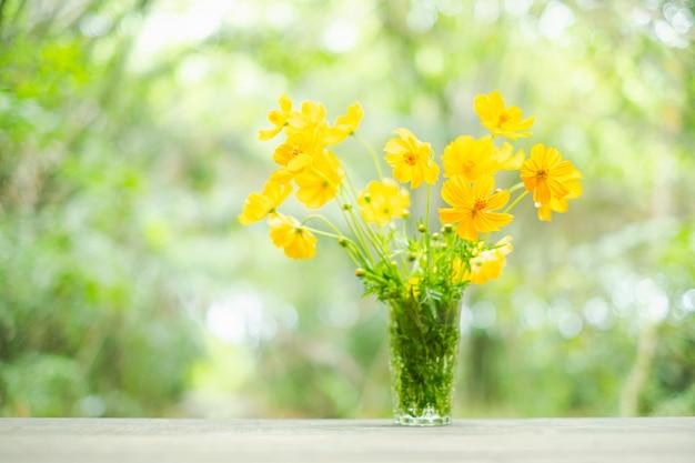 Flores amarelas em vaso Foto Premium