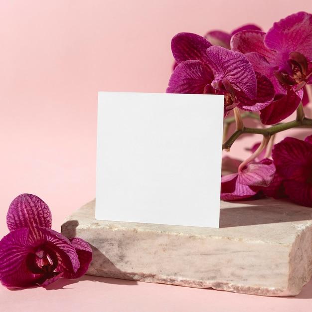Flores ao lado da folha de papel Foto gratuita