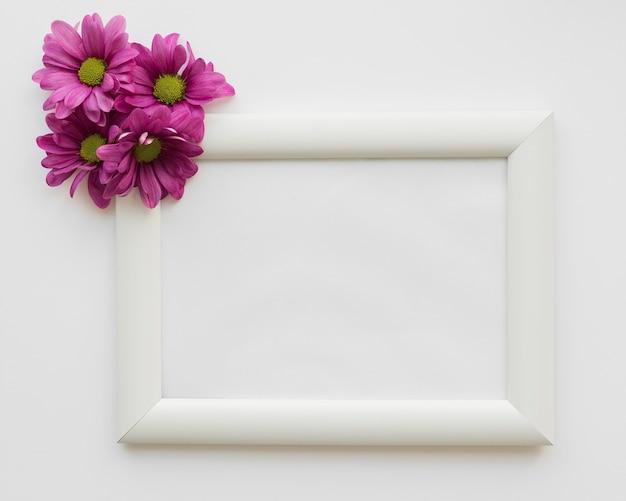 Flores ao lado do quadro Foto gratuita