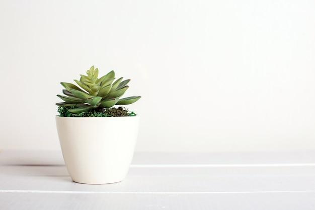 Flores artificiais sobre um fundo branco, decoração de casa Foto Premium