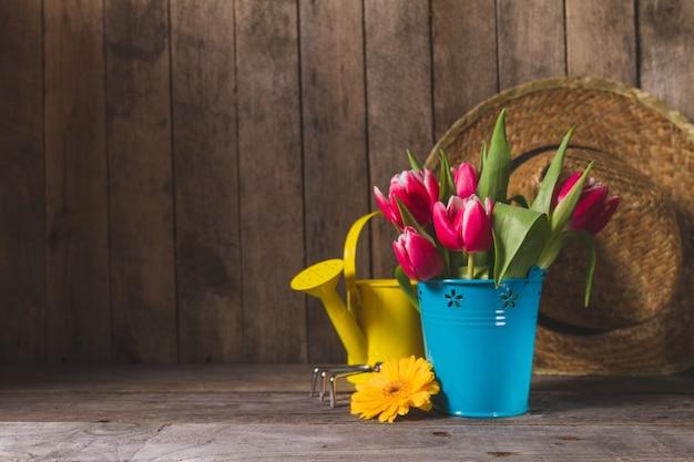 Flores bonitas com ferramentas de jardinagem e fundo de for Imagenes de jardineria gratis