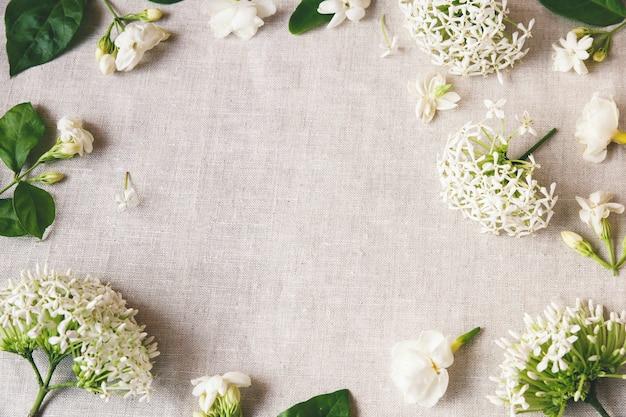 Flores brancas copiam espaço Foto Premium