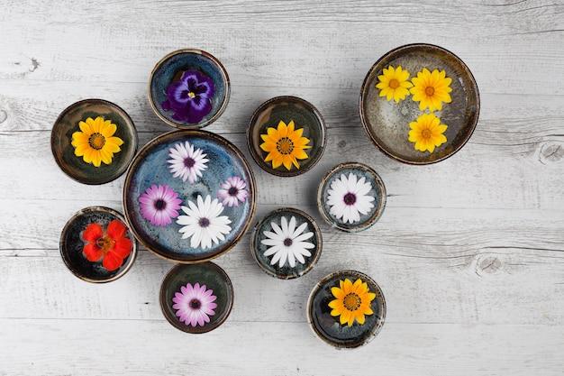 Flores coloridas em tigelas de cerâmica Foto Premium
