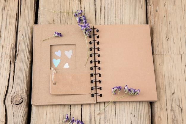 Flores com notebook e tag em branco Foto gratuita