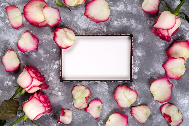 Flores cor-de-rosa bonitas na tabela de pedra cinzenta. borda floral. Foto Premium