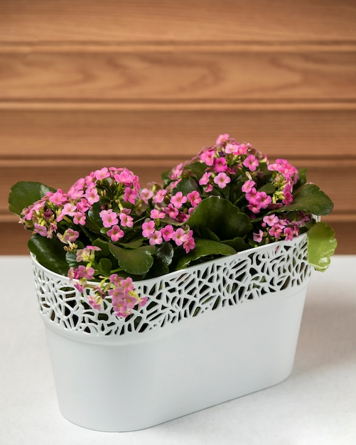 Flores cor de rosa em cima da mesa Foto gratuita