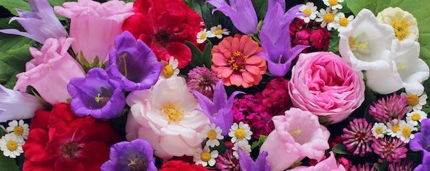 Flores cultivadas no jardim: rosas, peônias e outras. fundo floral, vista superior. Foto Premium