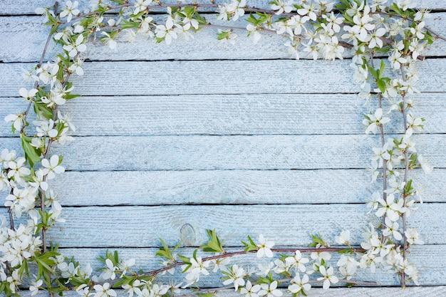 Flores da primavera em fundo de mesa de madeira. Foto Premium