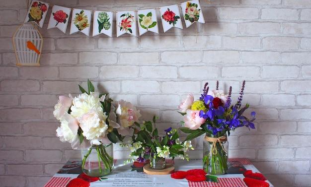 Flores de buquês de vaso de mesa Foto Premium
