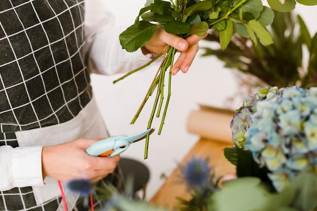 Flores de corte de florista de close-up para buquê Foto gratuita