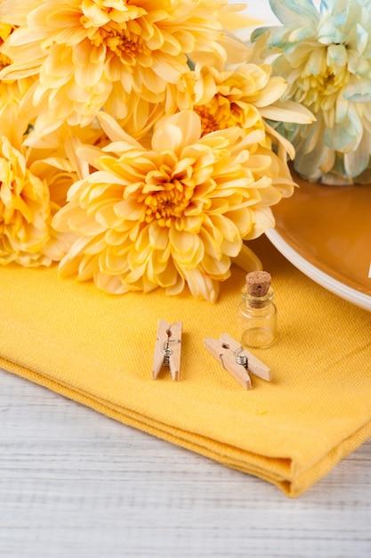 Flores de crisântemo em um guardanapo em uma mesa de madeira Foto Premium