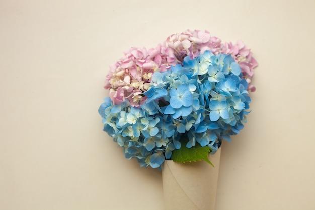 Flores de hortênsia azul no cone Foto Premium