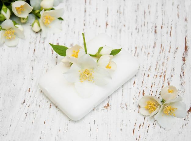 Flores de jasmim e sabão Foto Premium