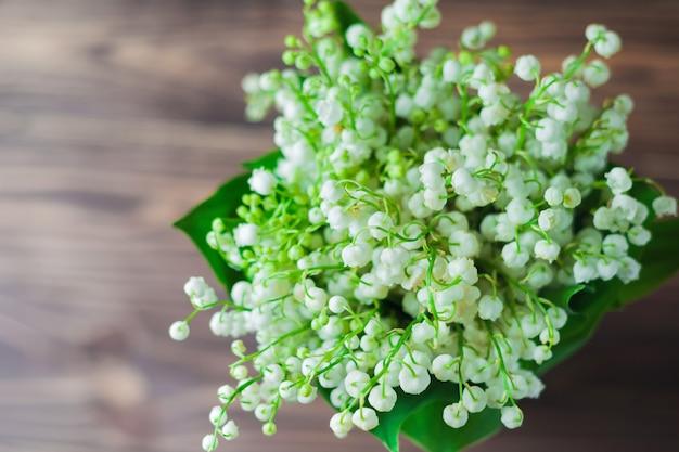 Flores de lírio do vale, em fundo de madeira. Foto Premium