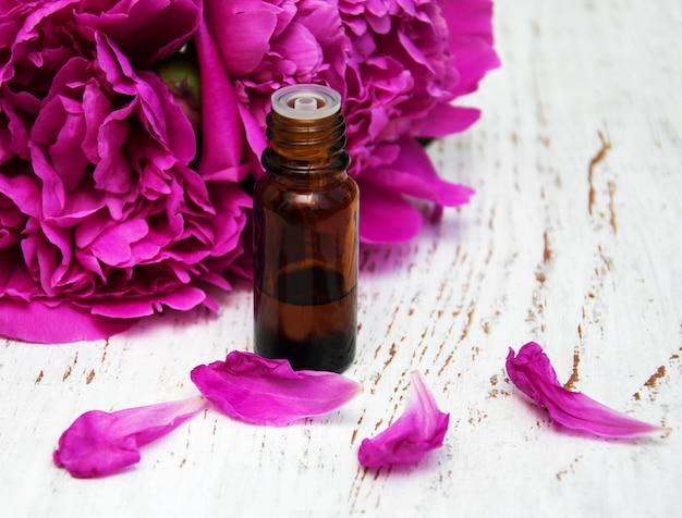 Flores de peônia e óleos de massagem Foto Premium