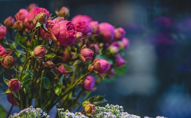 Flores de peônia rosa flor expostas à venda em uma loja de flores Foto gratuita
