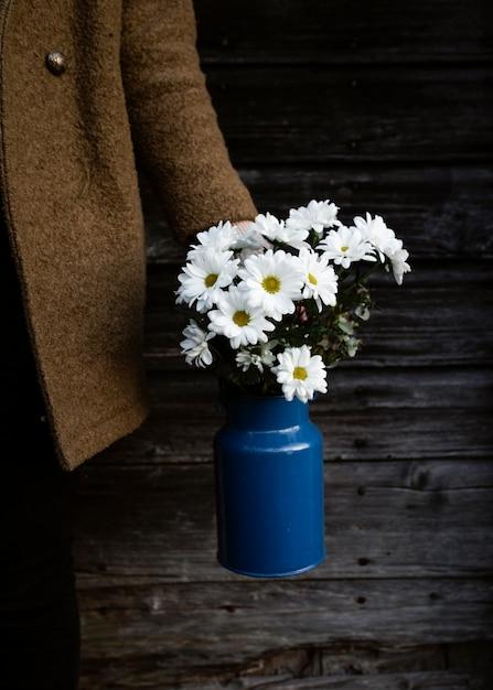 Flores de primavera de alto ângulo em um vaso na mesa Foto gratuita