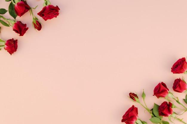 Flores de rosas vermelhas com espaço de cópia Foto gratuita