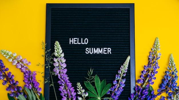 Flores de tremoço e uma placa com as palavras Foto Premium