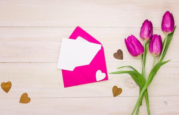 Flores de tulipa com papel em branco no envelope Foto gratuita