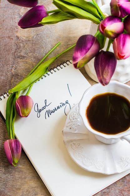 Flores de tulipa e café Foto Premium