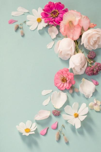 Flores de verão em fundo de papel verde Foto Premium