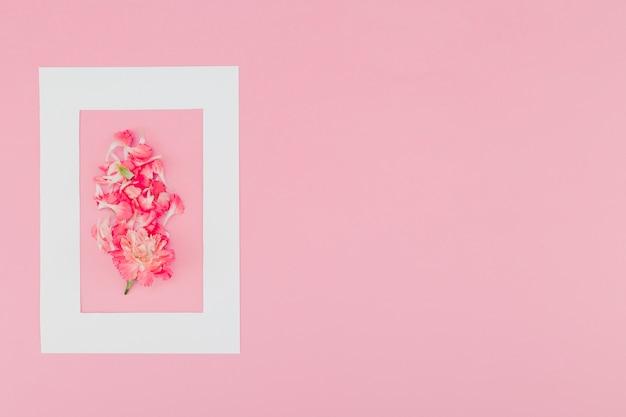 Flores de vista superior dentro do frame com espaço de cópia Foto gratuita