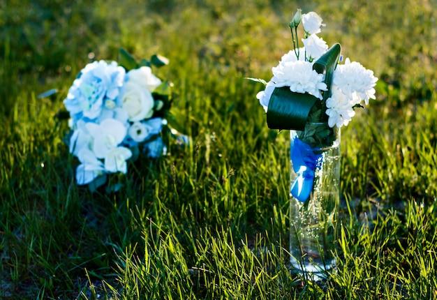 Flores do casamento no verão. sair cerimônia de casamento pela água. Foto Premium