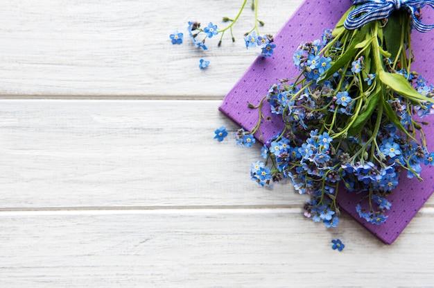 Flores e caderno esquece-me-not Foto Premium