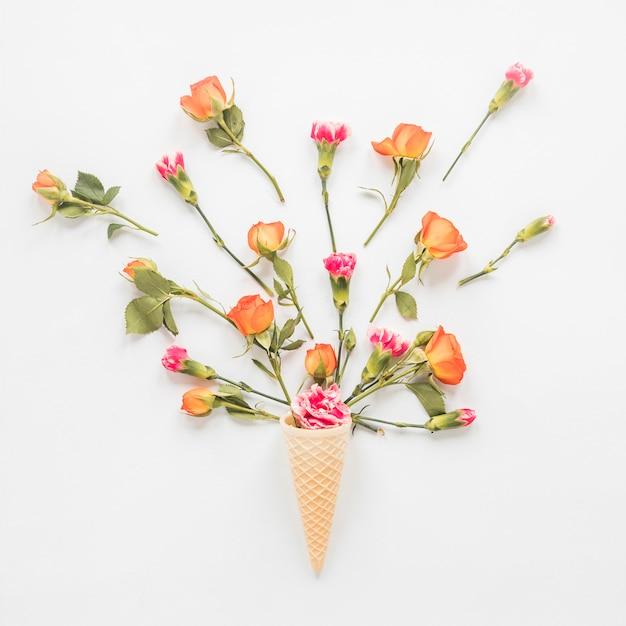 Flores, em, cone waffle, ligado, tabela Foto gratuita