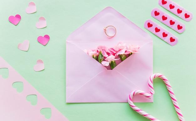 Flores em envelope com anel de casamento Foto gratuita