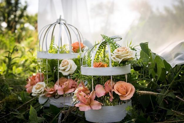 Flores em uma gaiola. a arte da floricultura. o cenário para a sessão de fotos Foto Premium