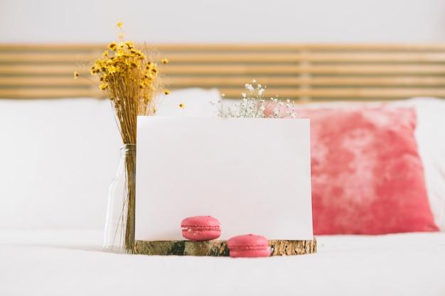 Flores em vaso com biscoitos e papel em branco Foto gratuita