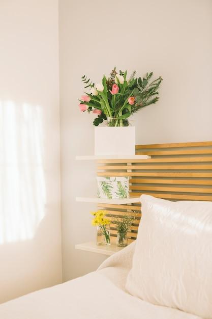 Flores em vaso com papel em branco Foto gratuita