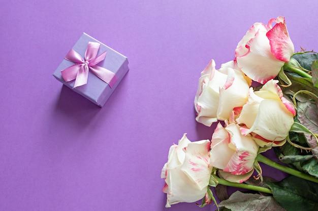 Flores festivas inglês rosa composição em roxo Foto Premium