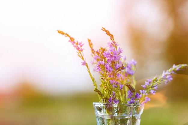 Flores lilás em um vaso close-up em um fundo natural Foto Premium