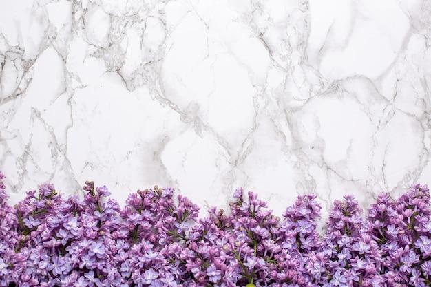 Flores lilás no fundo de mármore com cor do verão do copyspace e conceito do feriado. Foto Premium