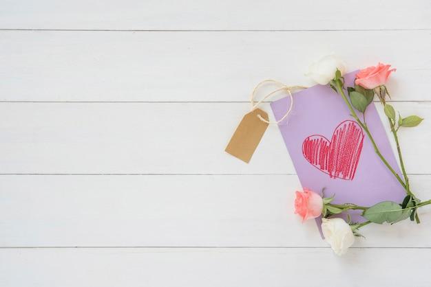 Flores rosas com desenho de coração Foto gratuita