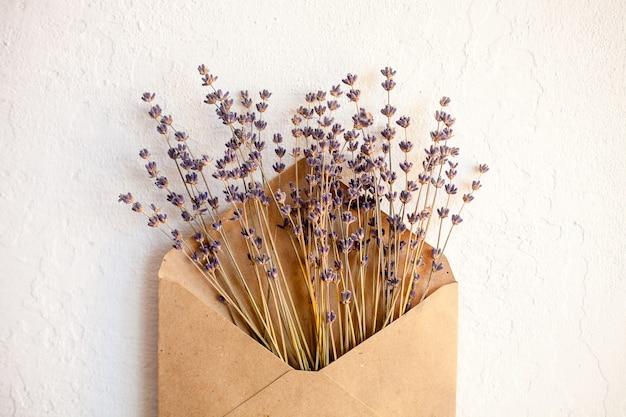 Flores roxas secas de lavanda. configuração mínima plana Foto Premium