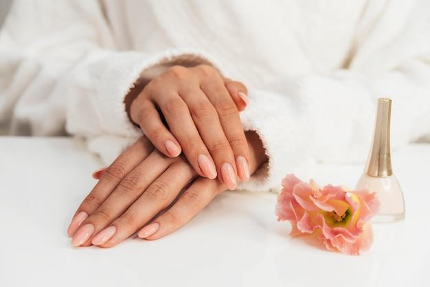 Flores saudáveis para manicure e esmalte Foto gratuita