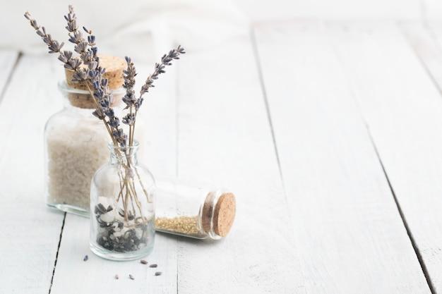 Flores secadas alfazema com sal do mar. espaço para texto. spa e relaxe o conceito. rústico. Foto Premium