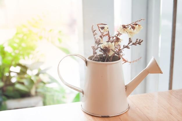 Flores secas no bule, decoração de casa Foto Premium