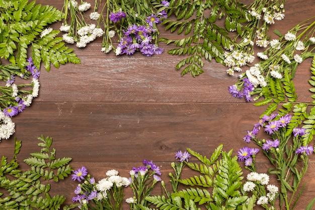 Flores silvestres na mesa de madeira Foto gratuita
