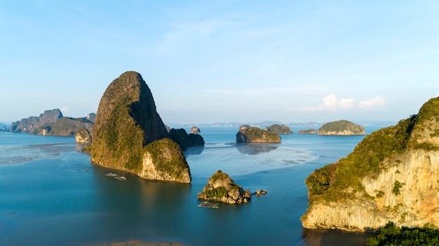 Floresta dos manguezais e ilha das montanhas da rocha na província de phang nga tailândia Foto Premium